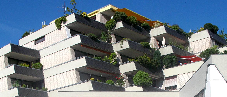 Umfangreiche Flachdach- und Balkonsanierung, Fassadenbekleidung und Spenglerarbeiten - Wohnanlage im Rheingau-Taunus-Kreis