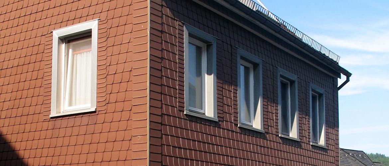 Fassadenbekleidung mit Faserzement und Fenstereinfassungen aus Zink - Wohnhaus im Rheingau-Taunus-Kreis