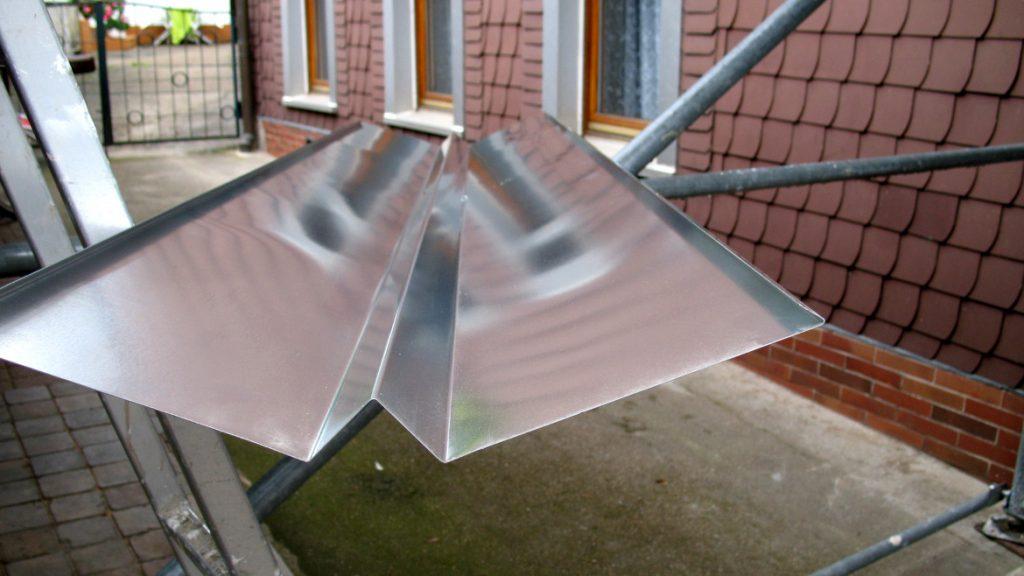 Dachkehle aus Zinkblech mit erhöhtem Mittelsteg