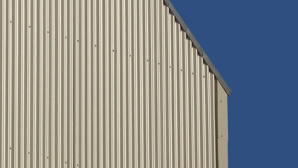 Profilplatten sind mit der Holzunterkonstruktion verschraubt