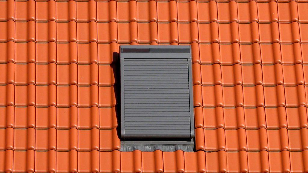 Wohnraumdachfenster mit Außenrollladen