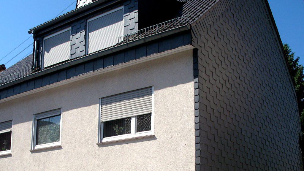 Giebelwand und Dachgauben mit Schiefer bekleidet
