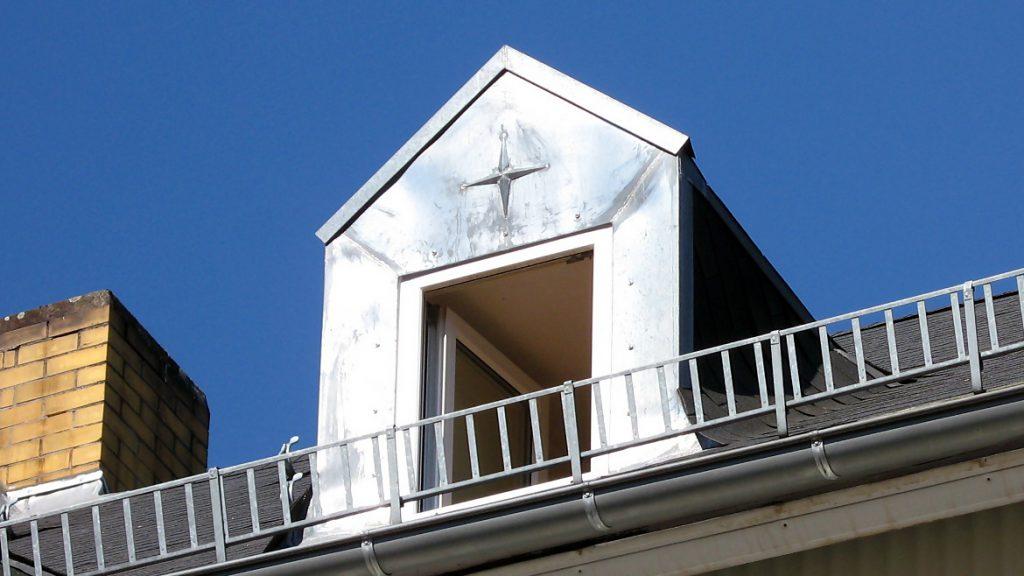 Fenstereinfassung aus Zink mit Verzierung