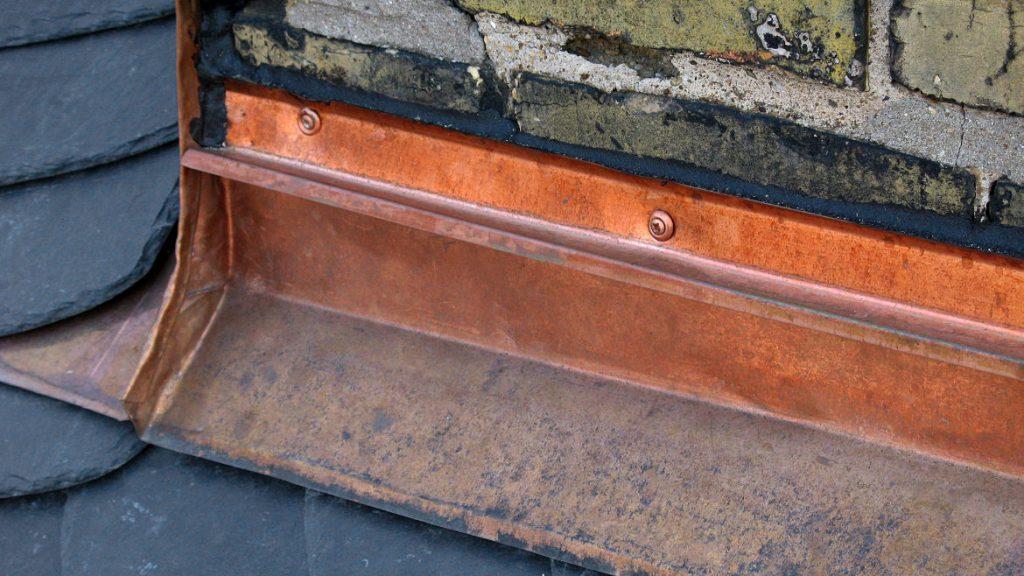 Kamineinfassung aus Kupfer