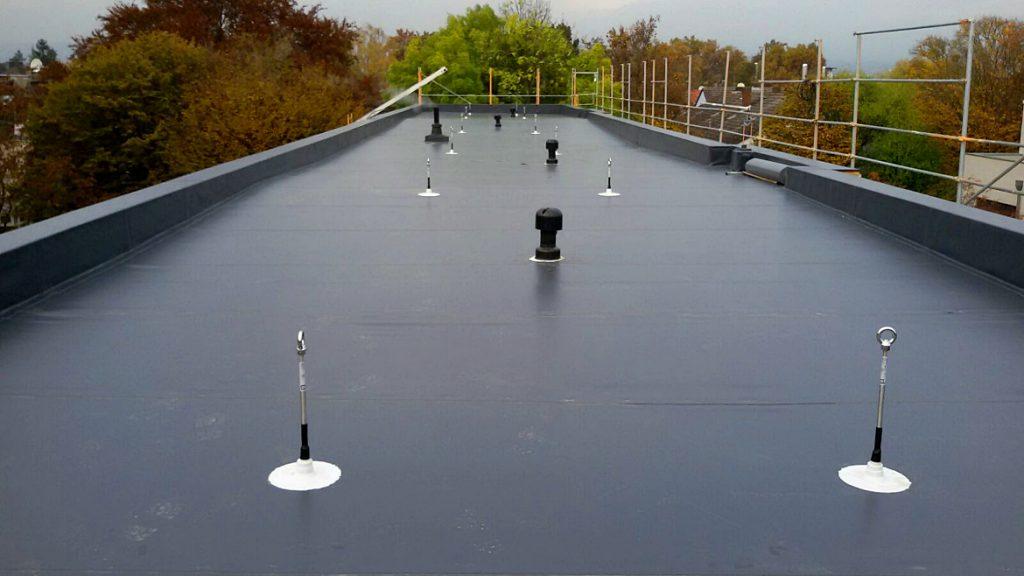 Die Gefälle des fertigen Daches sind gut erkennbar
