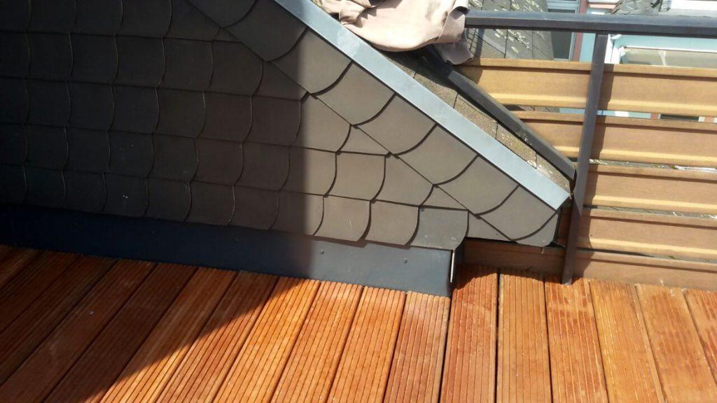 Hochgezogene Wandanschlüsse unter dem Dachschiefer