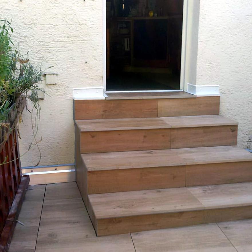Fertige Treppe, Plattenbelag geklebt