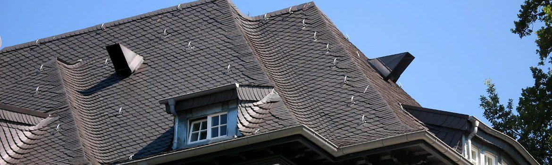 Neueindeckung mit Dachschiefer sowie umfangreiche Spenglerarbeiten - Wohnhaus in Wiesbaden