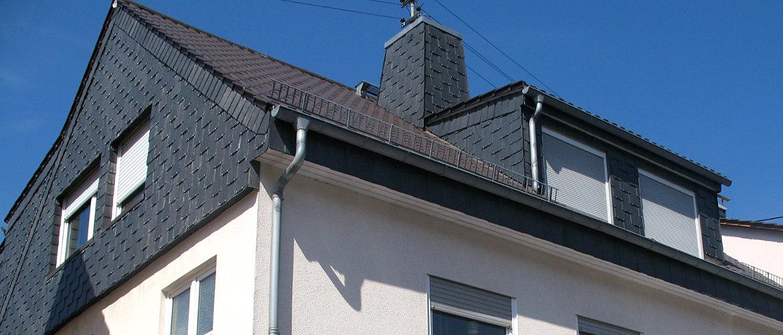 Fassadenbekleidung aus Schiefer sowie Dachdecker- und Spenglerarbeiten - Wohnhaus in Frankfurt am Main