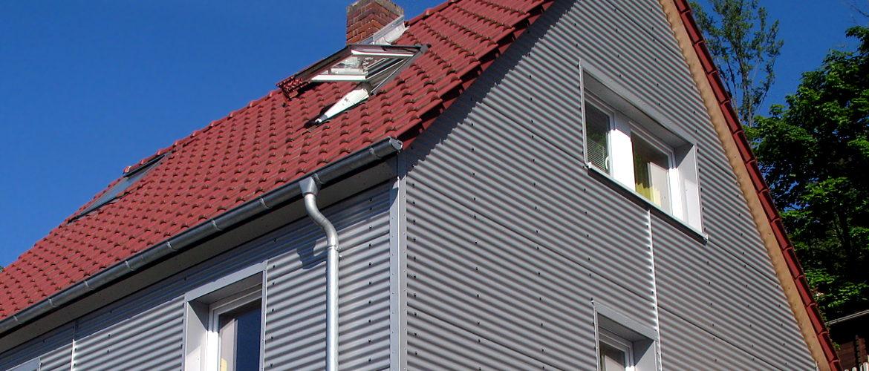 Fassadenbekleidung aus Aluminium, Dacheindeckung und Dachentwässerung - Wohnhaus im Rheingau-Taunus-Kreis