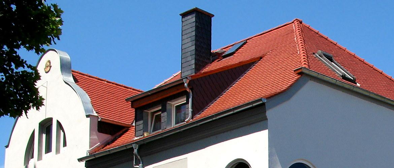 Umfangreiche Arbeiten an einem Walmdach mit Dachgauben und Kaminen - Wohnhaus in Mainz