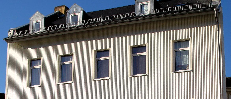 Fassadenbekleidung, Dacheindeckung und umfangreiche Spenglerarbeiten - Wohnhaus im Rheingau-Taunus-Kreis