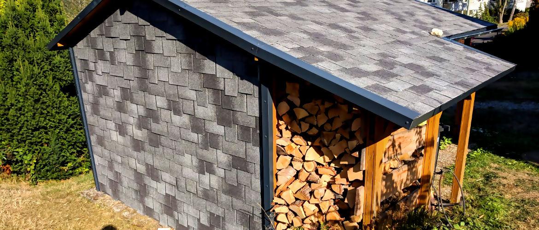 Fassadenbekleidung und Dacheindeckung mit Bitumenschindeln - Gartenhaus im Rheingau-Taunus-Kreis